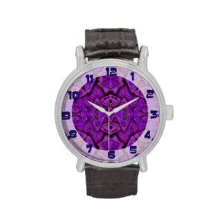 fondo púrpura del modelo reloj de mano