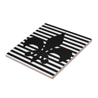 Fondo rayado blanco y negro de las flores de lis azulejo cuadrado pequeño