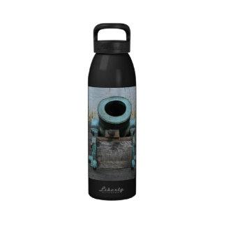fondo rechoncho de la hierba del agua del canon botellas de beber