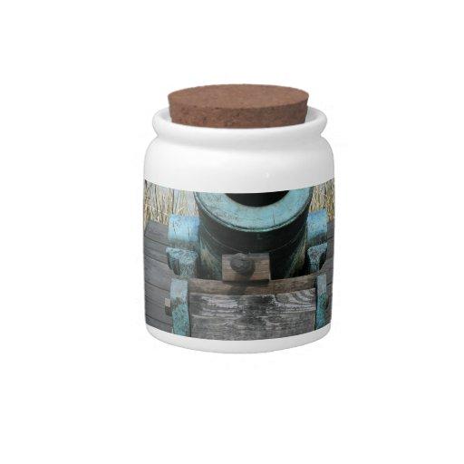 fondo rechoncho de la hierba del agua del canon jarra para caramelo