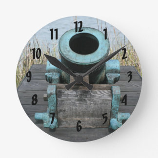 fondo rechoncho de la hierba del agua del canon reloj redondo mediano