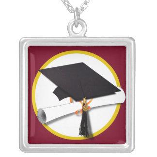 Fondo rojo del casquillo y del diploma de la gradu grimpola
