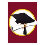Fondo rojo del casquillo y del diploma de la gradu comunicados personales