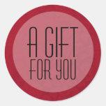Fondo rojo del vintage un regalo para usted pegatina redonda