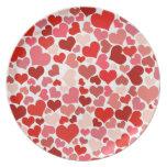 Fondo rojo lindo de los corazones platos