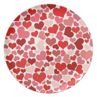 Fondo rojo lindo de los corazones platos para fiestas