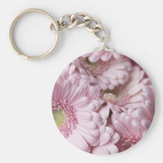 Fondo rosado de la flor llavero redondo tipo pin