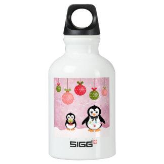 Fondo rosado de los pingüinos adorables del botella de agua