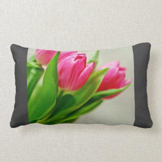 Fondo rosado de los tulipanes cojín