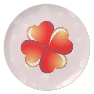 Fondo rosado romántico con los corazones separados platos para fiestas