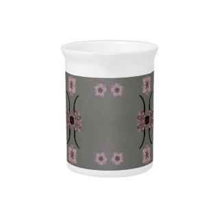 Fondo rosado suave del gris del modelo jarras de beber