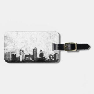 Fondo sucio de la ciudad en blanco y negro etiqueta de equipaje