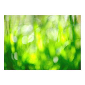 Fondo verde borroso invitación personalizada