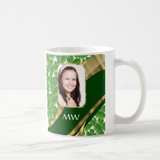 Fondo verde de la foto del trébol taza