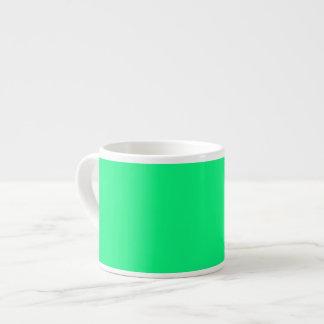 Fondo verde de neón brillante en una taza taza espresso