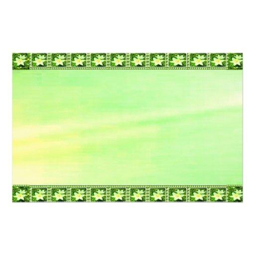 Fondo verde y amarillo de la frontera del lirio de papelería de diseño