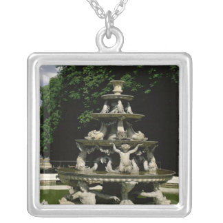 Fontaine de la Pyramide Collar Plateado