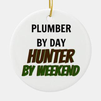 Fontanero del cazador del día por fin de semana adorno navideño redondo de cerámica