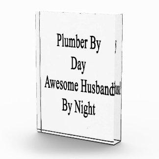 Fontanero del marido impresionante del día por