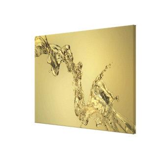 Forma abstracta formada salpicando el agua impresiones de lienzo