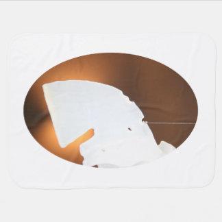 forma blanca abstracta contra marrón mantita para bebé
