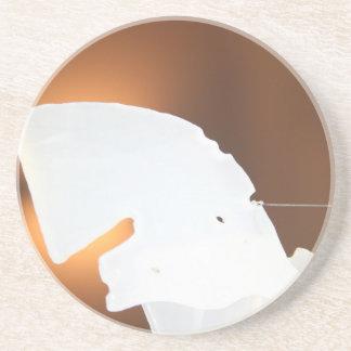 forma blanca abstracta contra marrón posavasos cerveza