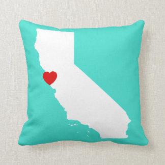 Forma de California con el corazón rojo Cojín