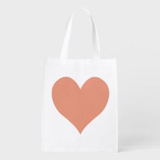Forma de color salmón oscura linda del corazón bolsas de la compra
