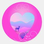 forma del amor con paisaje y la gama de la montaña pegatina redonda