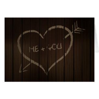 forma del corazón escrita en tarjeta de madera de