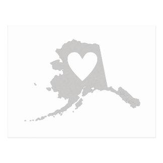 Forma del estado de Alaska con el corazón Postal