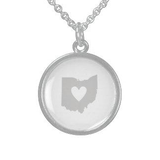 Forma del estado de Ohio con el corazón Collares De Plata Esterlina