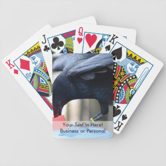 forma negra del cuervo que clasifica el juguete de barajas de cartas