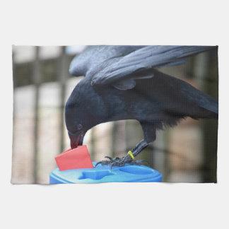 forma negra del cuervo que clasifica el juguete de toallas de mano