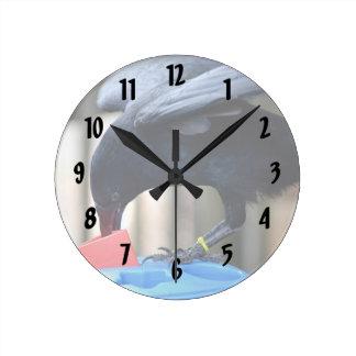 forma negra del cuervo que clasifica el juguete de relojes de pared