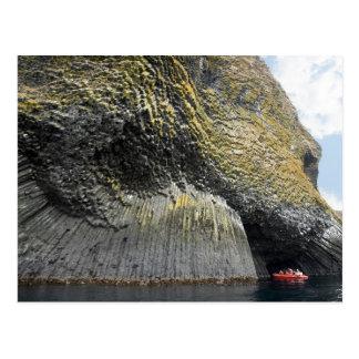 Formación acolumnada del basalto, isla de Akun, Postal