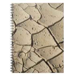 Formación agrietada del fango en el piso del valle libro de apuntes