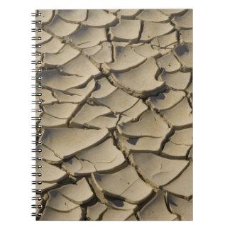 Formación agrietada del fango en el piso del valle spiral notebooks