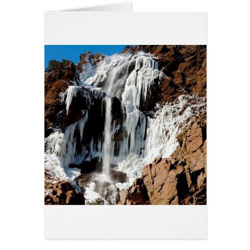 Formación de hielo de agua en rocas tarjeton