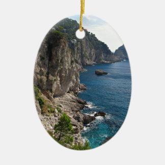 Formación de roca de Faraglioni en la isla Capri Adornos