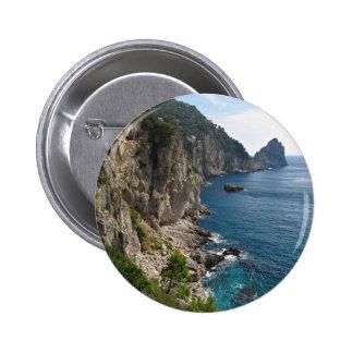 Formación de roca de Faraglioni en la isla Capri Pins