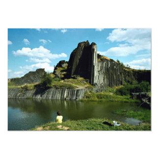 Formación de roca del basalto, la pared del invitaciones personales