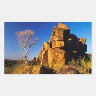 Formación de roca y árbol el patio del gigante rectangular altavoz