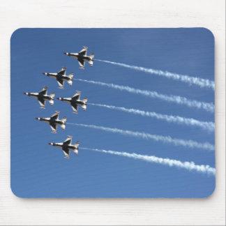 Formación del delta de los Thunderbirds F-16 Mousepads