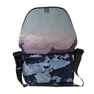 Formación del iceberg en la playa bolsas de mensajería