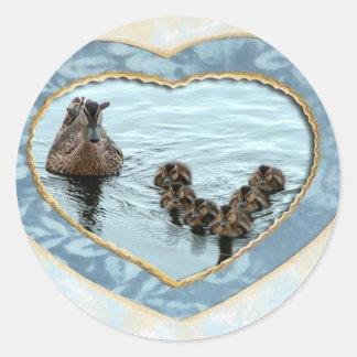 Formación del pato en corazón pegatina redonda