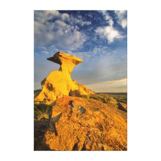 Formación esculpida de los Badlands en hierba Impresión De Lienzo