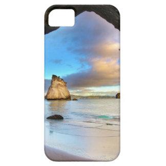 Formación hermosa del arco de la roca del océano e iPhone 5 Case-Mate carcasa