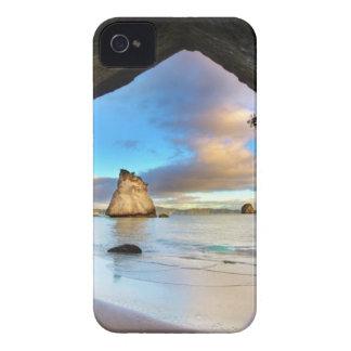 Formación hermosa del arco de la roca del océano e iPhone 4 Case-Mate fundas