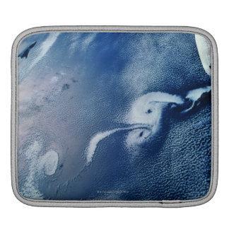 Formaciones de la tormenta sobre la tierra fundas para iPads